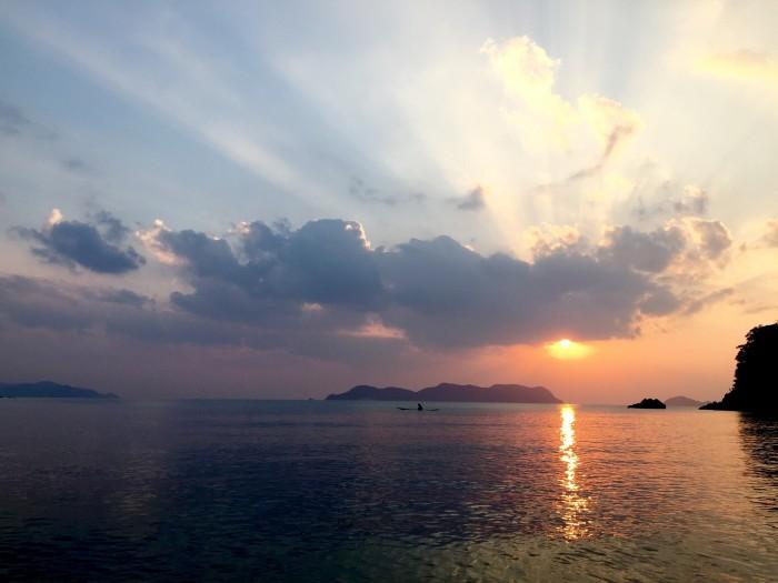 夕陽は海の上で